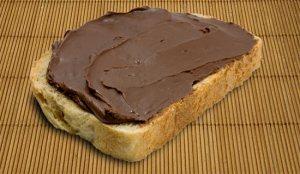 Fetta di pane e crema di nocciole