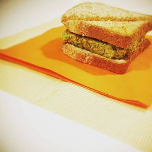 Toast con burger di broccoli e ceci