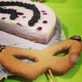 Cheesecake ai mirtilli e maschera di biscotto